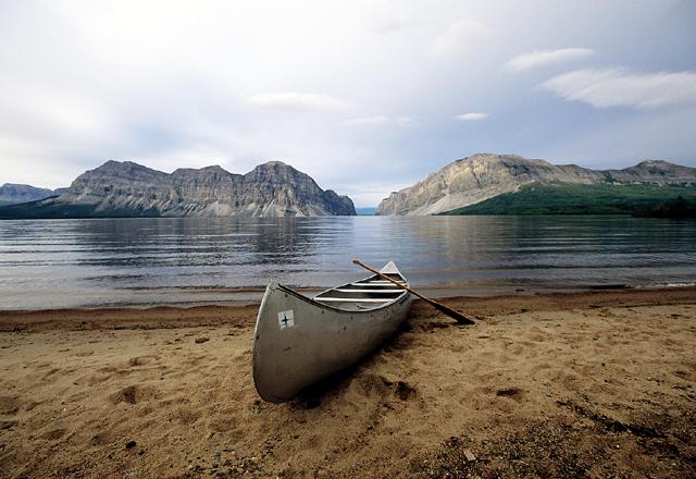 Kanu an einem See im Yukon